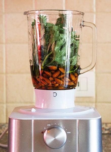 Condimento per insalata alle foglie di sedano e mandorle 2
