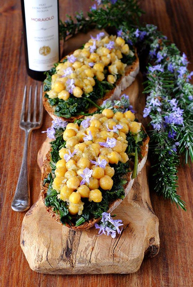 Crostini alle erbe e ceci con fiori di rosmarino e olio e.v.d'oliva Moraiolo 7