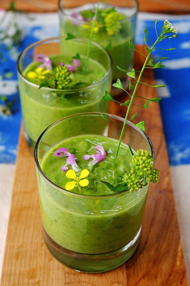 Crema fredda in bicchiere con avocado ed erbe di campo 3