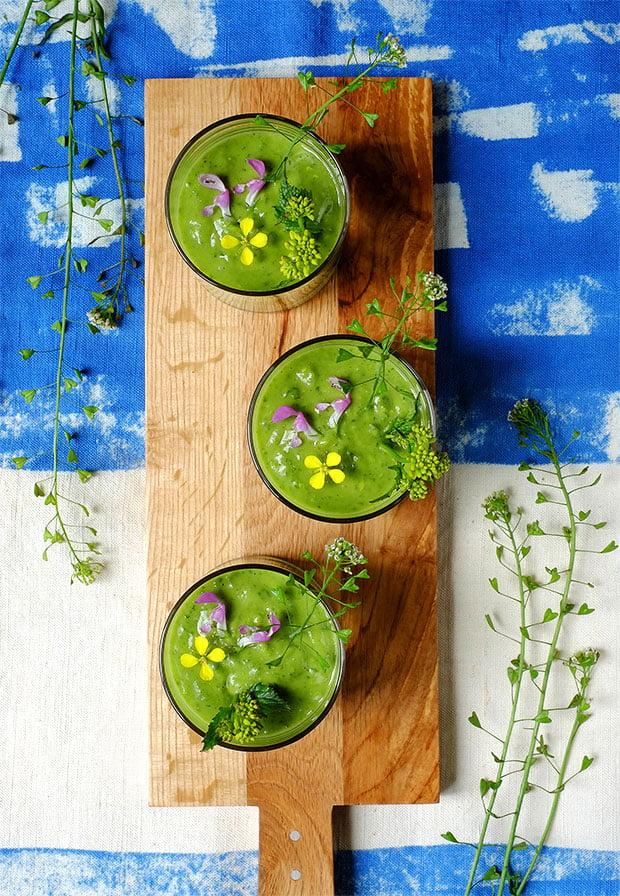 Crema fredda in bicchiere con avocado ed erbe di campo 48