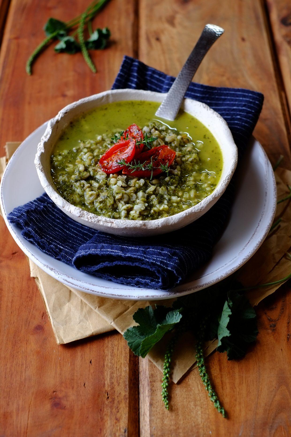 Zuppa di erbe selvatiche di fine estate con avena e pomodorini confits 18