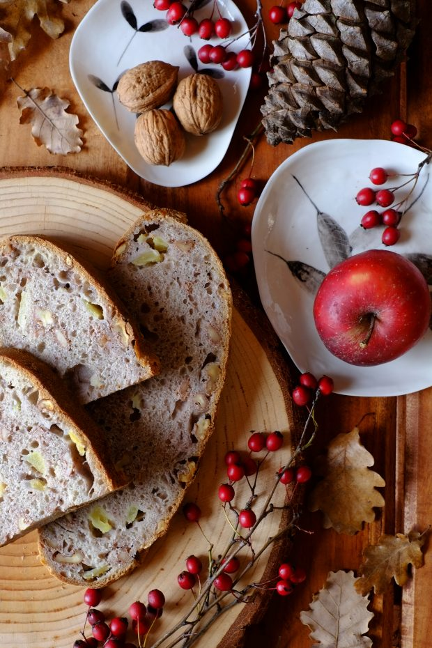 Pane semintegrale con mele e noci, nel silenzio di Gennaio 2