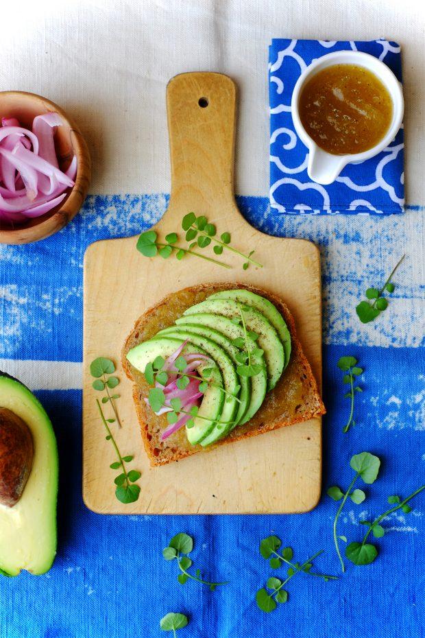 Avocado toast con cipolla rossa marinata e mostarda di zucca cedrina 1