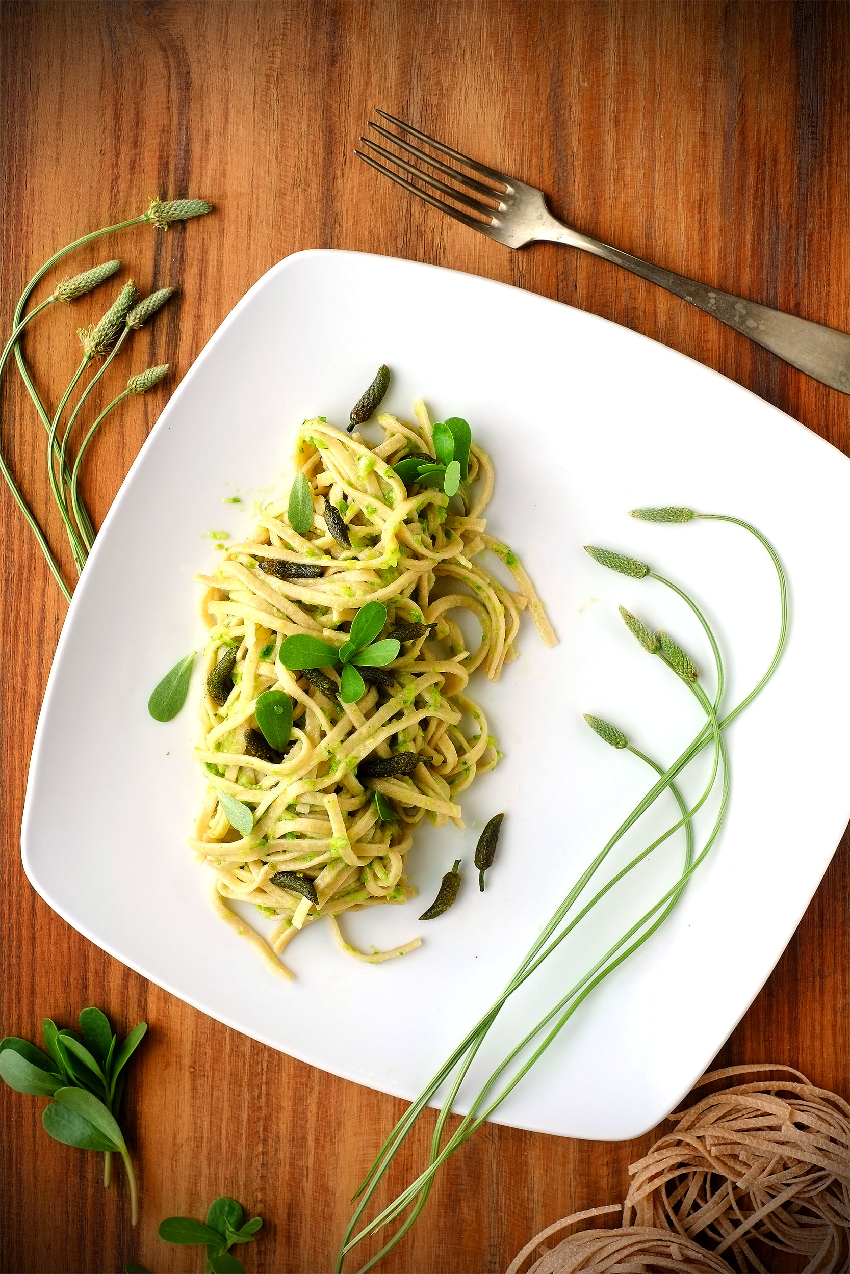 Fettuccine alla crema di zucchine e portulaca, con fiori di piantaggine 1